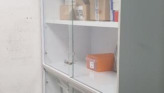 ארון עץ מצופה פורמייקה, כולל דלתות זכוכית ונעילה