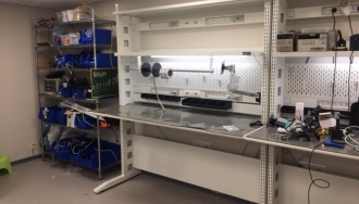 שולחנות משורשרים לבנים עם מתקן גלילים למדף עבור ויוסנס