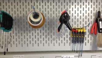 פלטה מחוררת המותאמת לשולחן עבודה לתליית כלי עבודה בתל אביב